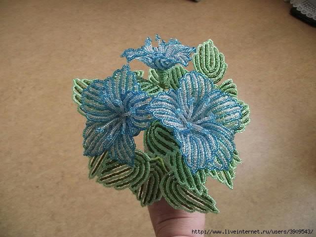 Голубой цветок из бисера мастер класс.